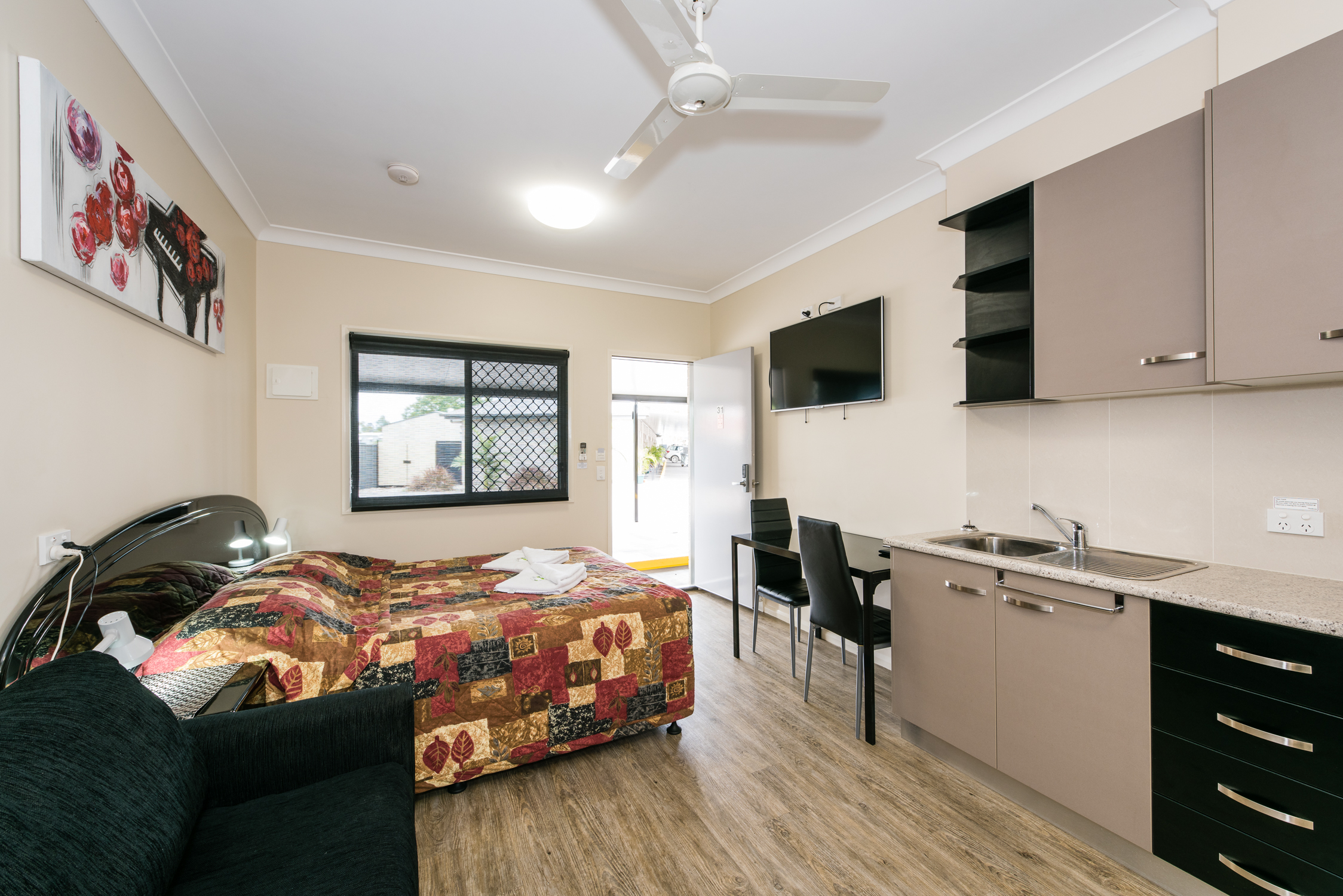 Stunning athena motel roma queensland with interior for Interior designer a roma